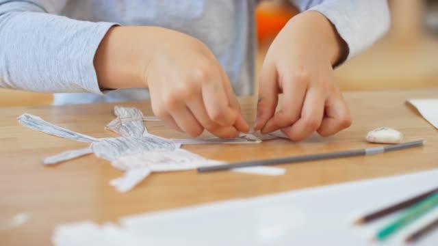一個男孩用紙做木偶的手 - 手工藝 個影片檔及 b 捲影像