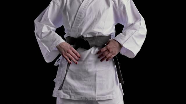 slo mo zoom siyah kemer sıkma boyalı çivi ile bir kadın karateist eller - karate stok videoları ve detay görüntü çekimi