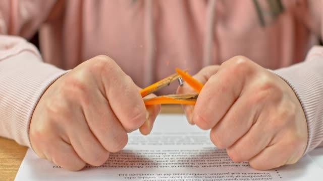 slo mo ld händer av en flicka att bryta en penna - blyertspenna bildbanksvideor och videomaterial från bakom kulisserna