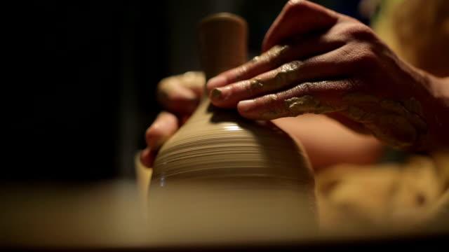 vídeos de stock, filmes e b-roll de mãos de um oleiro, criando um pote de barro no círculo - cerâmica artesanato