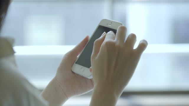 vídeos de stock, filmes e b-roll de mãos de uma mulher que opere um smartphone - acessibilidade