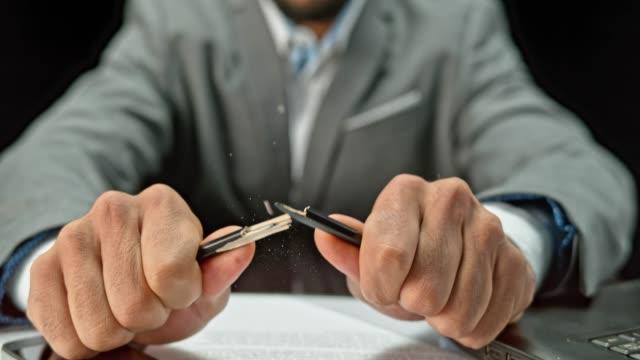 slo mo ld händerna på en ung affärsman att bryta en penna - blyertspenna bildbanksvideor och videomaterial från bakom kulisserna