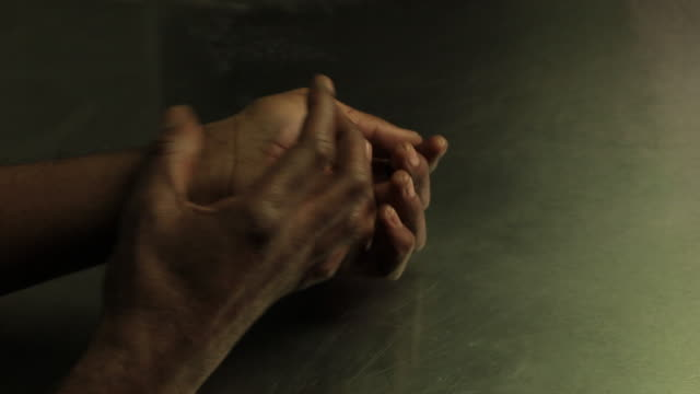 Hands of an African American old man. Manos de hombre viejo de raza negra video