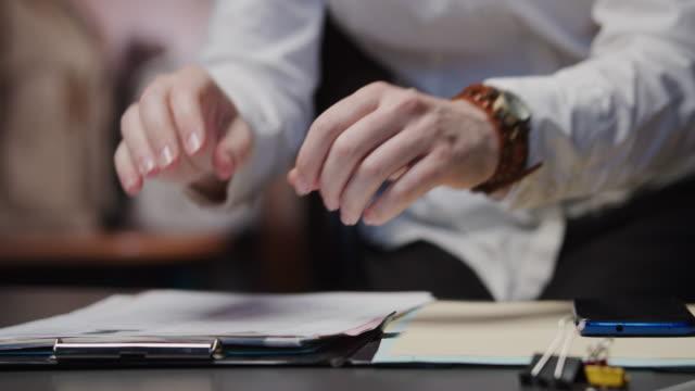 vídeos de stock e filmes b-roll de hands of an angry businesswoman are crumpling a paper on the desk - amarrotado
