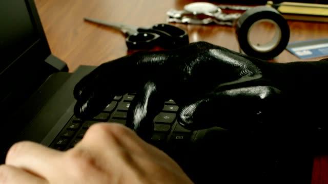 コンピューター入力、オンライン犯罪行為を実行するアイデンティティの盗人の手。 - なりすまし犯罪点の映像素材/bロール
