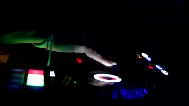 händerna på dj som blandar musikspår - dansbana bildbanksvideor och videomaterial från bakom kulisserna