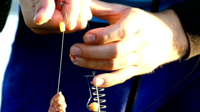 Händen der Fischer bereiten Köder für die Fische. – Video