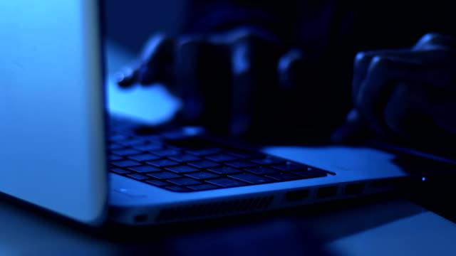Hände von Hackern in der Nacht auf der Computertastatur tippen – Video