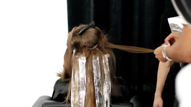 hände von friseur stylist machen vor dem auftragen toupieren färben zu lange frau an den haaren. - haartönung stock-videos und b-roll-filmmaterial