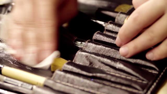 vidéos et rushes de mains de maquilleur lavage des pinceaux à maquillage - pinceau à maquillage