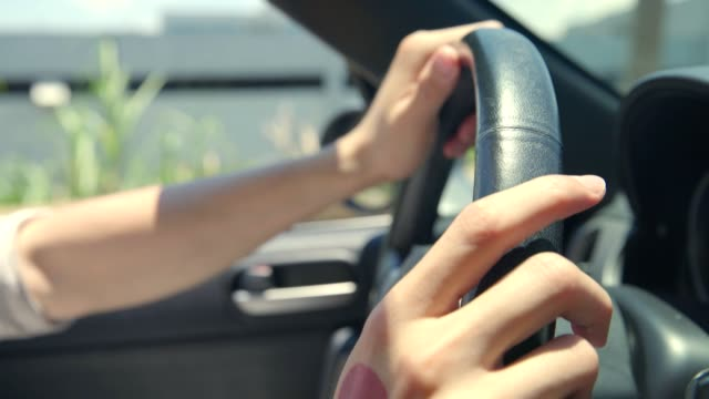 hands of man holding steering wheel of a car - picchiettare video stock e b–roll