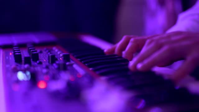 vidéos et rushes de mains d'hommes jouent sur le synthé. - synthétiseur