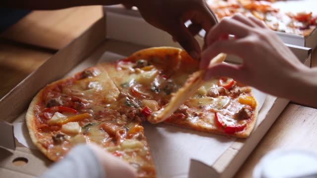 hände von multiracial menschen greifen italienische pizza scheiben aus box - teenage friends sharing food stock-videos und b-roll-filmmaterial
