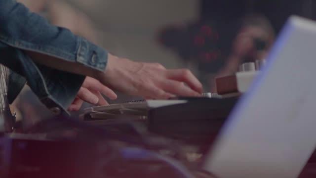 vídeos de stock e filmes b-roll de hands of musician - compositor