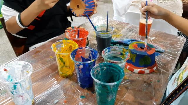 vídeos de stock, filmes e b-roll de mãos de pintura pequeno rapaz e a tabela para a criatividade - arte e artesanato assunto