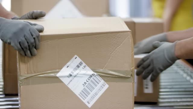 郵政工人分揀傳送帶上的包裹的 ld 手 - postal worker 個影片檔及 b 捲影像