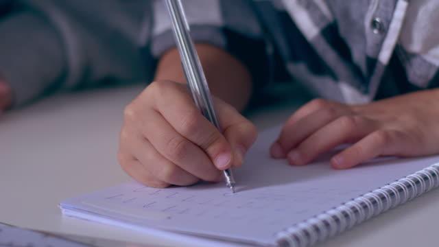 Händen der Prescooler, Nummern im Heft zu schreiben lernen – Video