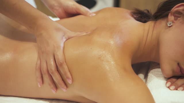 hände von professionellen massage-therapeut kneten zurück der frau in resort-center - massieren stock-videos und b-roll-filmmaterial