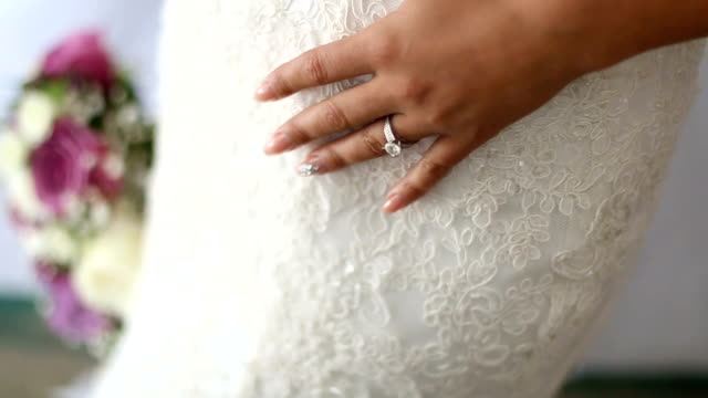 Hands of the bride and her wedding ring - vídeo
