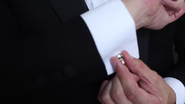 händen der hochzeit bräutigam immer bereit im anzug - kurzwaren stock-videos und b-roll-filmmaterial