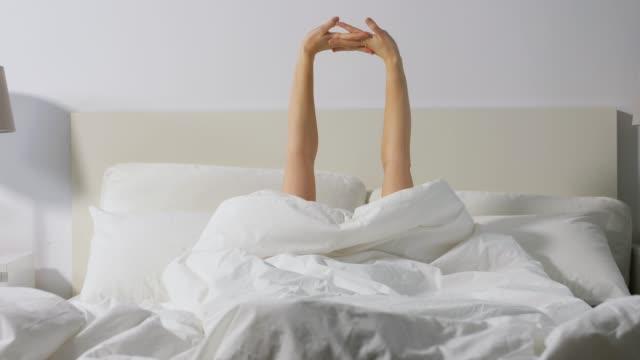 händer kvinna vakna i sängen hemma video