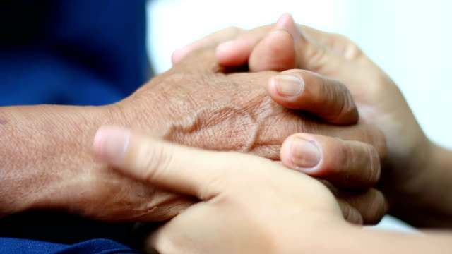 Manos de mujer joven sosteniendo y suave toquen a manos de calman a la mujer metáfora y concepto de lenguaje corporal amor de sentimiento y esperanza de la familia madre e hija - vídeo