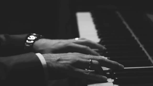 vídeos de stock e filmes b-roll de mãos no piano - piano
