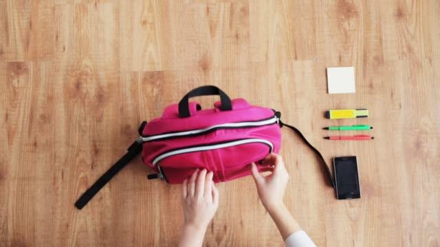 vídeos de stock e filmes b-roll de hands packing schoolbag - mochila saco
