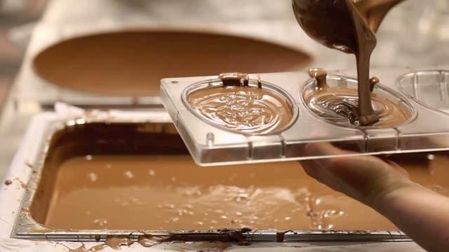 vídeos y material grabado en eventos de stock de las manos del chef de pastelería del chocolate huevos de pascua - pascua
