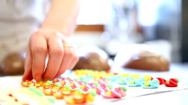 vídeos de stock e filmes b-roll de mãos de pastelaria decoração de ovos de páscoa de chocolate - teobroma