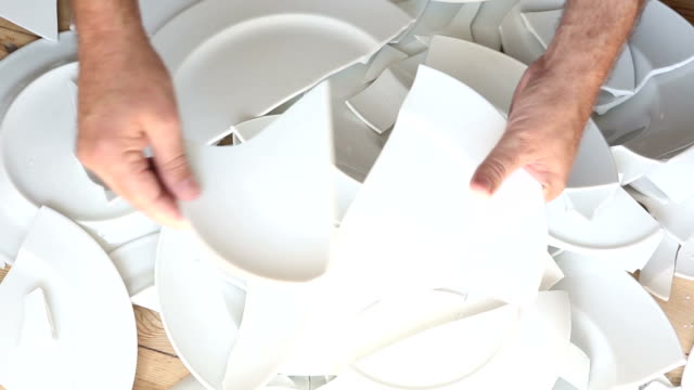 vidéos et rushes de les mains ramasser des plaques blancs cassés de plancher en bois - vaisselle picto