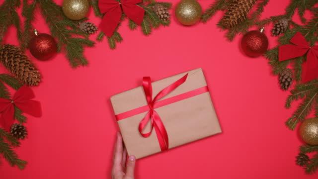 händer att placera jul presentbox - christmas decorations bildbanksvideor och videomaterial från bakom kulisserna