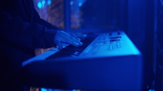 白いピアノを弾く手 - ミュージシャン点の映像素材/bロール