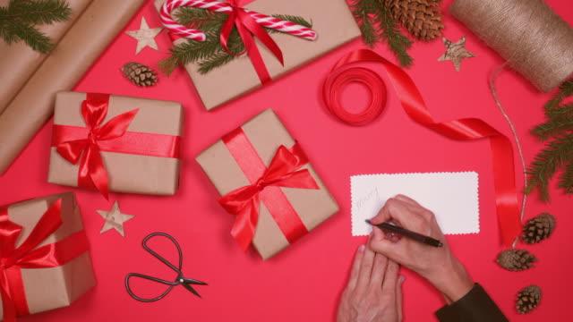vidéos et rushes de mains mettre carte postale christmas box présente - carte postale