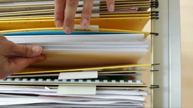 vídeos de stock e filmes b-roll de mãos procurar no armário de ficheirosstencils - dossier