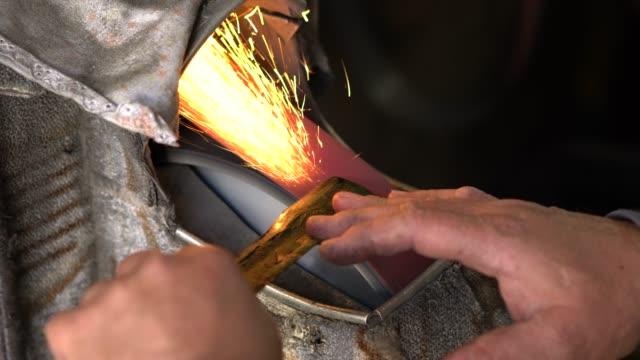 vídeos y material grabado en eventos de stock de afilado de tijeras de manos - cuchillo cubertería