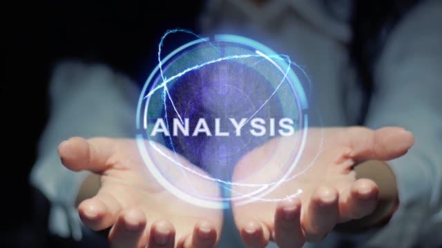 vídeos de stock, filmes e b-roll de as mãos mostram o holograma redondo análise - manipulação digital