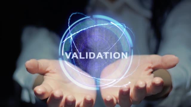 vídeos de stock, filmes e b-roll de as mãos mostram a validação redonda do holograma - validação