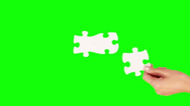 stockvideo's en b-roll-footage met hands solving a puzzle. green screen. 8 in one. - legpuzzel