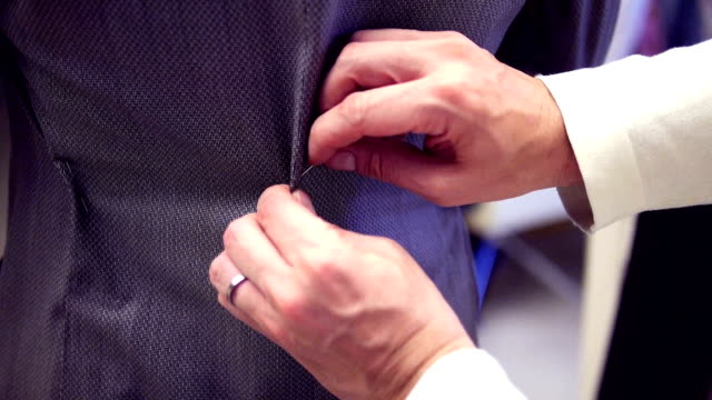 mani adattare un abito alla moda di tiro - tailor working video stock e b–roll
