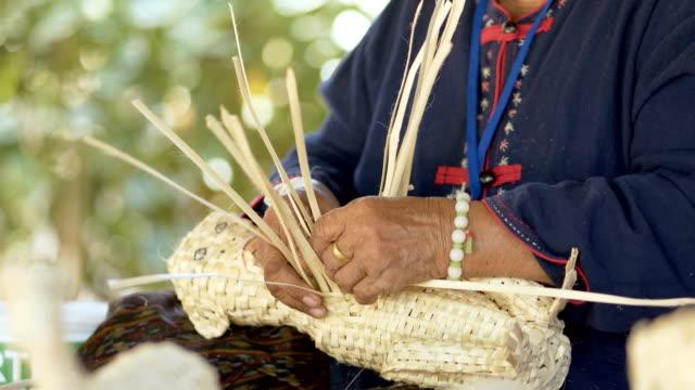 händer som är väva bambu köksredskap - halmslöjd bildbanksvideor och videomaterial från bakom kulisserna