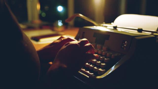 stockvideo's en b-roll-footage met handen die iets te zeggen - literatuur