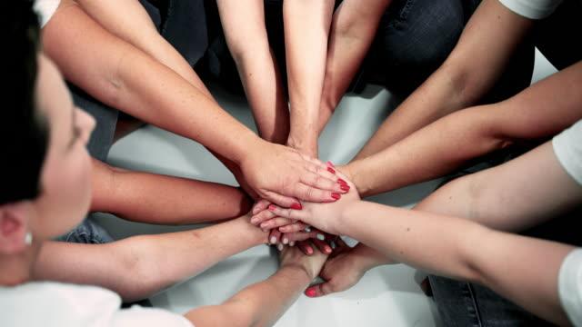 händerna tillsammans för enighet och dela framgång - sociala frågor bildbanksvideor och videomaterial från bakom kulisserna