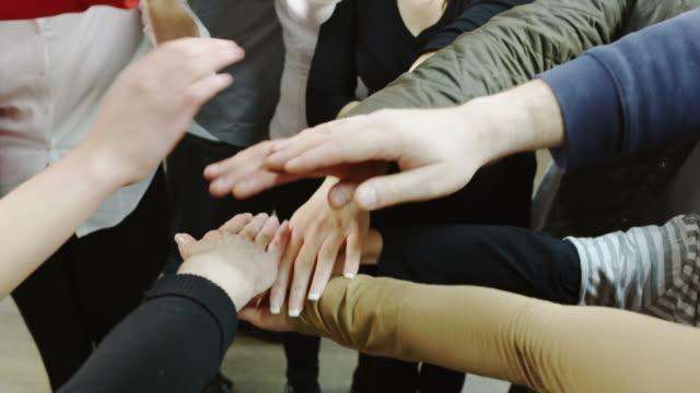 vidéos et rushes de mains ensemble - communion