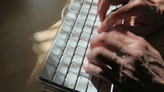 ręce, pisanie na komputerze klawiatury - e mail filmów i materiałów b-roll