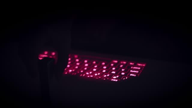 4k 虛擬鐳射投影鍵盤上的手打字 - 投射 個影片檔及 b 捲影像