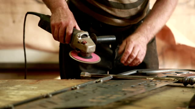 vídeos de stock e filmes b-roll de hands  using  angle grinder - moedor