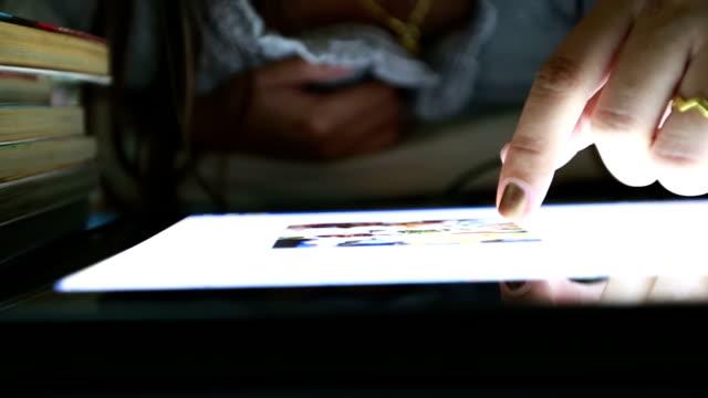 stockvideo's en b-roll-footage met hands using digital tablet computer - menselijke vinger
