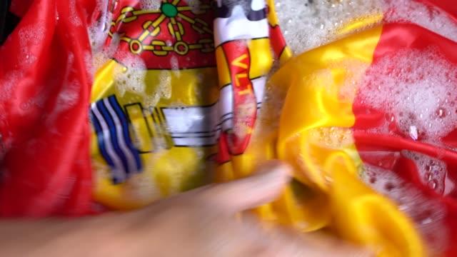 スペイン国旗の変更スペイン/破損の概念を洗う手 - 民主主義点の映像素材/bロール