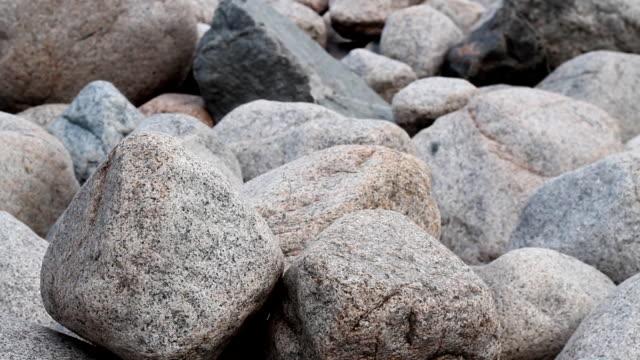 mani con una roccia. - masso video stock e b–roll